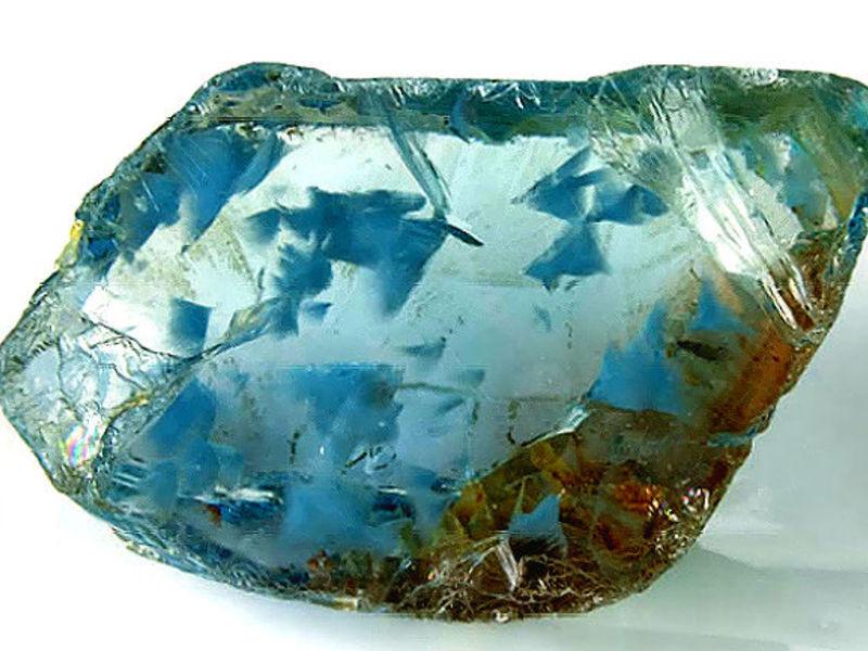 необработанный голубой топаз