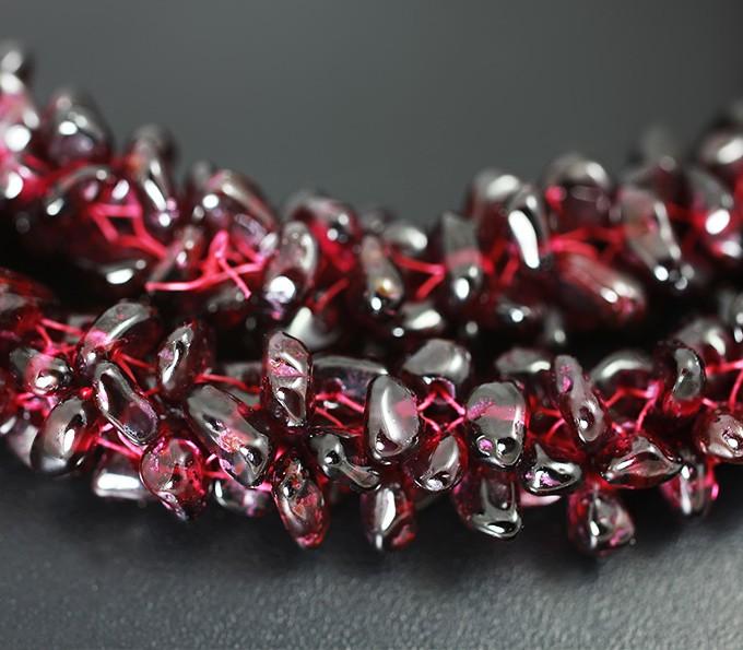камень гранат в ожерелье