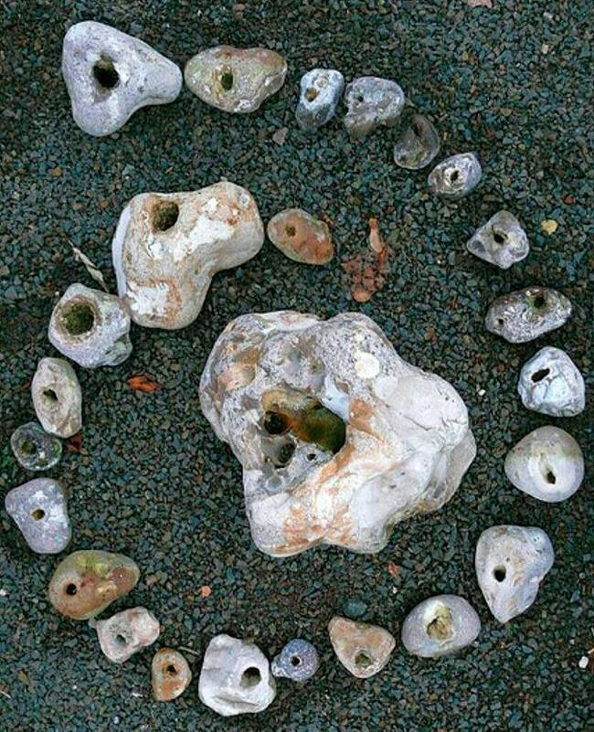 Камень с дырочкой